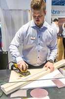 <b>STØVFRITT:</b> Joakim Östman fra Mirka forklarer deres patenterte slipepapir. Det er laget av et nett som gjør at støvet suges inn i hele overflaten. Det sørger blant annet for mindre støv og penere resultat, sier han.