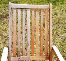 50-50: Denne stolen har stått ute uten overflatebehandling i to år. Halve stolen er så behandlet med Trefornyeren, og den andre er urørt.