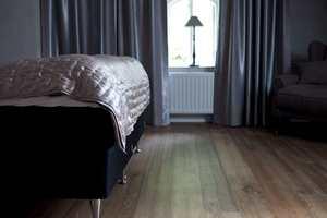 <b>HOTELLSTIL:</b> Gå for et mørkt gulv på soverommet. Her er det en bruntonet slittsgulv fra Alfort. (Foto: Alfort)