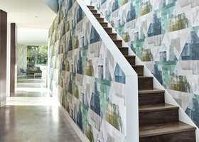 <b>SMÅFREKT</b> Mønstrete tapet som tar opp de øvrige fargene i huset følger deg opp trappen. (Foto: Tapethuset)