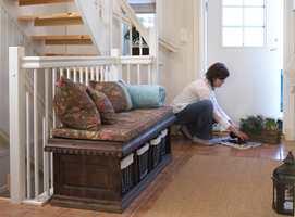 <b>SMART PLASSERING</b> Plassen mot rekkverket er utnyttet, med en benk som er laget etter mål og beiset i en varm brunfarge. Rygg- og seteputer i et lekkert stoff tilfører flere farger. (Foto: Frode Larsen)