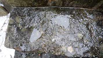 <b>IS BLIR TIL VANN:</b> Etter en times tid vil smelteproduktet gjøre is til vann. Forvandlingen sørger for at du holder deg på beina.