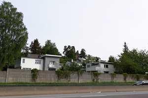 Grå hus langs med Ring 3 i Oslo.