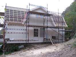 Kledningen ble montert ferdig grunnet. Dører og vinduer er nye, men i gammel stil.