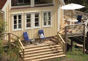 Terrassen dekker tre sider av huset, og en dør på hver fasade skapes god kontakt mellom ute og inne.