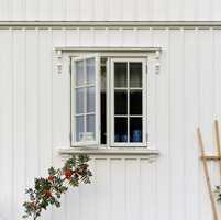 Nymalte og velstelte vinduer gir huset den elegansen det fortjener.