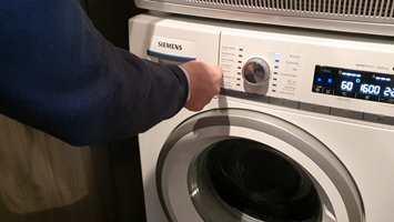 Inger viser vaskemaskin