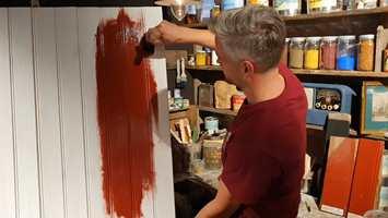 Roger Studsrud påfører maling