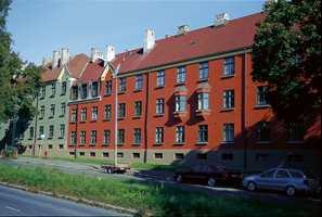 På Sagene i Oslo ligger Det Rivertz?ske Kompleks med 18 pussede teglsteinsbygninger. Her er noen av de nyoppussede fasader mot Uelandsgate.
