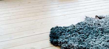 Det moderne furugulv med matt, hvitoljet overflate, gir rommet en genuin karakter. Bordene fra Södra finnes i flere dimensjoner og farger.