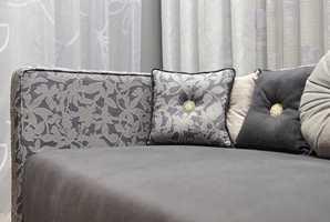 Ved å velge sofaputer med forskjellig uttrykk og mønster, men i samme fargetoner, blir det stilig og fint på samme tid.