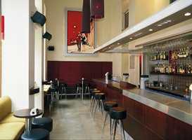 Det første man kommer inn i er den romslige Coctail Bar. Sofabenkene er bekledd med Amalfi-tekstil fra Harris, fiskebensmønstret chenille, levert av Interiøragenturer Jan F. Sveen.