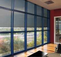 Vindusfilm reflekterer opptil 95 prosent av solvarmen. Den kan enkelt monteres på glasset og egner seg like godt i private hjem som i offentlige miljøer hvor man ønsker å se hele vindusflaten (Inspirasjon Interiør).
