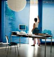 Både sommersola og vintersola gir blendende lys som bleker møbler og tekstiler. Lystette tekstiler skjermer både for sol og innsyn.