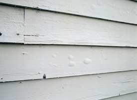 <b>SOLBLÆRER:</b> Har du oppdaget små, pølseformede blærer på fasaden etter at du malte i solsteiken i sommer? Det er mest sannsynlig solblærer. De må du skrape vekk og helst male hele bordet eller veggen.