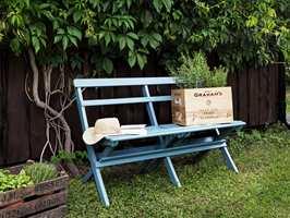 <b>BLÅMALT:</b> Den er verken vill eller gal, bare veldig hyggelig. Benken er malt med Perfekt Plus vindusmaling fra Beckers.