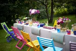 <b>FESTFINT:</b> Det setter en ekstra spiss på sommerfesten med stoler i alle regnbuens farger. Stolene er malt med vindusmaling, som holder ekstra godt på fargen.