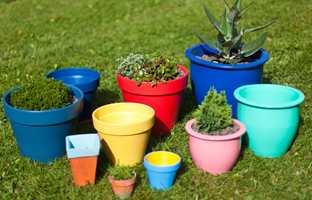 <b>KRUKKER:</b> Gamle blomsterkrukker får nytt liv med ny farge. Krukker som er rene og tørre kan fint males, både keramikk, plast og leirgods.