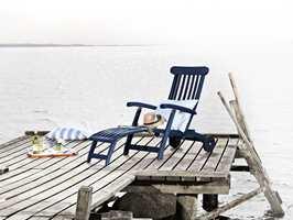 <b>TERRASSESTOL:</b> På grånet tre blir det ekstra sommerlig med en blåmalt stol. Stolen er malt med i farge 2478 fra Flügger.