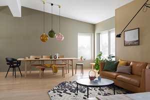 En stue har ofte mange funksjoner. Her skal det ofte være både spiseplass, tv-krok, bibliotek, kaffesalong og peisstue i ett. Da er det lurt å dele opp i ulike soner. Her er 5 grep du kan ta.
