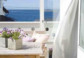 Det er herlig når vinduene på sommerhytta slås opp, og frisk luft igjen fyller rommene. Her er noen tips til fornyelse som løfter sommerfølelsen enda noen hakk.