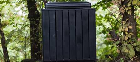 Søppelstativ er sjelden et forskjønnende element utenfor huset. Et liv utendørs setter sine spor etter som årene går. I løpet av noen timer med litt rengjøring og lakkering ble imidlertid stativet så godt som nytt.