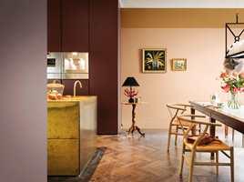 <b>SORT PAUSE:</b> I et rom med mange varme farger og lune materialer fungerer små innslag av sort som en liten pause. Veggene er malt i farger fra Nordsjös palett Colour of the Year 2018.