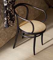 <b>SORT STOL:</b> Med sorte stoler i dette rustikke miljøet unngås at vegger og gulv gror sammen. Gulvet er fra Pergo, laminat Sensation Wide Long Plank.