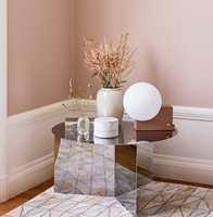 <b>HVIT PAUSE:</b> I lyse pudderaktige paletter er hvitt kontrasten som gjør uttrykket rent, uten at kontrasten blir for stor. Veggene er malt i fargen Pudderrosa 673 fra Beckers.