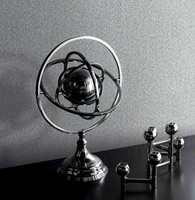 <b>GRÅTT:</b> Grått og sort er en trygg kombinasjon, som kan gi rommet et tøft preg. Tapetet er fra Fantasi Interiør. (Foto: Fantasi Interiør)