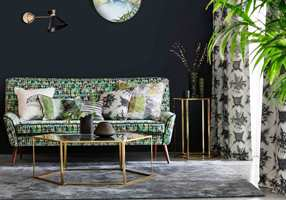 <b>GRØNT:</b> I kombinasjon med grønt blir den sorte veggen en tøff kulisse, og interiøret virker friskt selv med den mørke basen. Tapet/tekstiler er fra Harlequin/Tapethuset. (Foto: Tapethuset)