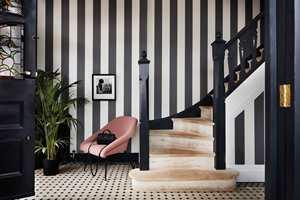 <b>KLASSISK:</b> Striper i sort og hvitt gir et klassisk uttrykk. Kombinert med sortmalte detaljer oppnås en fin helhet i interiøret. Dette tapetet er fra Cole&Son/Borge. (Foto: Borge)
