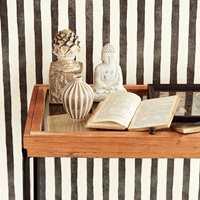 <b>STRIPER:</b> Håndmalte striper gir en mykere og mer leken effekt på veggen. Dette tapetet er fra kolleksjonen Stripes fra Storeys. (Foto: Storeys)
