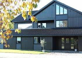 <b>ETTER:</b> Ved å male hele huset i én og samme sorte farge, både kledning, omramminger og dører, har huset fått et moderne og elegant preg. Også taket er frisket opp med maling.