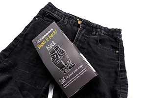 <b>FØR:</b> En godt likt, og mye vasket dongeribukse hadde mistet farge og fremsto som mer grå enn sort.