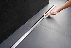 <b>DESIGNSLUK:</b> Det nye sluket ligger som en smal rist langs veggen. Lekker å se på og enkel å holde ren. Dette er Clean Line 60 fra Geberit.