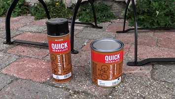 Alt du trenger for å fornye utemøblene er Quick Bengalack på spray og spann.