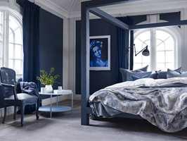<b>BLÅTT OG HVITT SOVEROM:</b> Interiørdesigner Siv M. Brenne har laget soverom i blått og hvitt for Fargerike. (Foto: Per Erik Jæger)