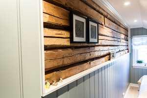 <b>ORGINALEN:</b> De gamle tømmerstokkene er synlige på veggen i soverommet.