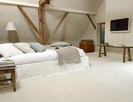 På soverommet bør gulvet være behagelig å sette nakne bein på om morgenen. Gode lydegenskaper er også viktige.