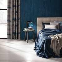 <b>MØRKEBLÅTT:</b> Mange trives godt i mørkeblå soverom, med lange gardiner og tekstiler som luner. (Foto: INTAG)