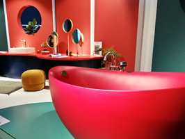 <b>RETROFARGER:</b> Rause farger og runde former preger badene. I avdelingen «The Bathroom Experience» tøyde Villeroy & Boch strikken med spreke utstillinger i flotte, retroinspirerte farger.