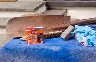 <b>RUSTEN: </b> Friksjonen mellom jord og en rusten spade gjør gravingen tung. På 1-2-3 kan spaden bli god som ny! (Foto: Chera Westman/ifi.no)