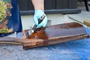 <b>PÅFØRING:</b> Oljen påføres vått-i-vått til metallet og rusten er mettet og overflaten har fått en jevn glans etter tørk. (Foto: Chera Westman/ifi.no)