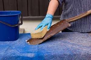 <b> VASK: </b> Rengjør spaden godt. Påse at den er fri fra jord, olje og fett. (Foto: Chera Westman/ifi.no)