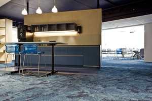 <b>BLÅFARGER: </b>Ulike blåfarger går igjen i lokalet, både i tak vegger og enkelte møbler.