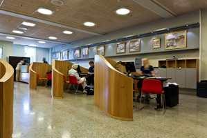 Bankbygget er knyttet sammen med det moderne nabobygget, som også huser en vesentlig del av bankvirksomheten.