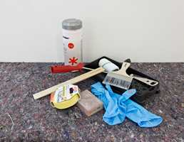 Utstyret du trenger: maskeringstape, engangshansker, wipes, malerull, fordriver, rullekar, boksåpner, rørepinne, slipekloss og dekkefilt.