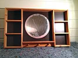 Et speil i trehvit og brun mdf, kjøpt for få kroner på