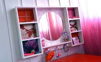 En halv boks med maling for list- og treverk, og tapet med rosa gjorde speilet en prinsesse verdig.